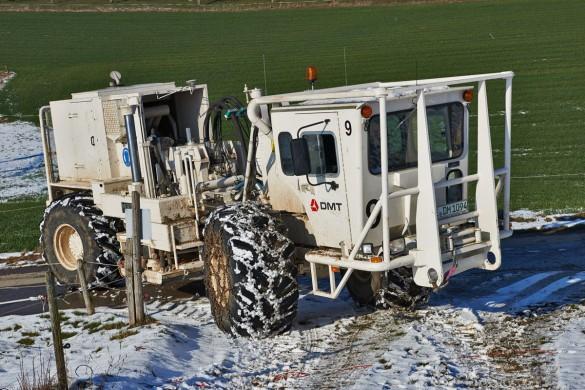 Auf schneebedeckten oder vereisten Wegen, insbesondere in hügeligen Gebieten wie den Bözberg, fahren die Vibrationsfahrzeuge sogar mit Schneeketten. (Foto: Beat Müller)
