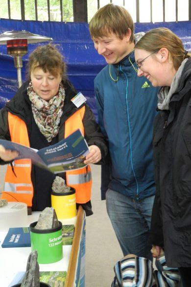 Renate Spitznagel im Gespräch mit Besuchern des Nagra-Standes. Foto: Nagra