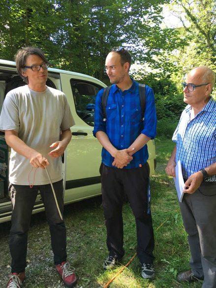 Lutz Capeller von der Firma Terratec mit einer ca. 50 cm langen Elektrode sowie Nagra-Projektleiter Tobias Vogt und Jürg Grau, Präsident der Regionalkonferenz Zürich Nordost (von links nach rechts). Bild: Nagra