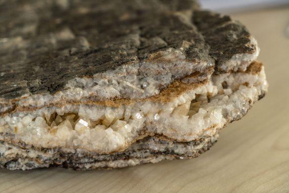 Kalzit-Kristalle in der Gesteinsprobe von Herfried Madritsch.