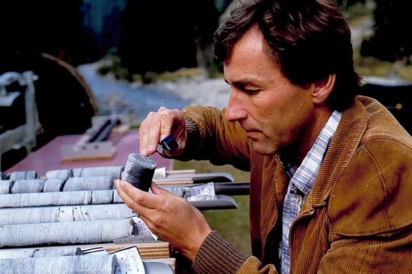 «Das eigentliche Handwerk des Geologen hat sich im Laufe der Zeit nicht gross verändert.» Hanspeter Weber 1987 im Calancatal (Foto: © Comet Photoshopping, Dieter Enz)
