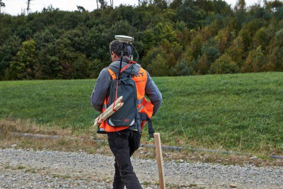 Bevor die Kabel verlegt werden können, muss erst ein Team ins Feld, das die Geofon- und Messpunkte genau vermisst.