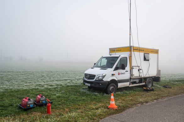 Der Messwagen ist die Schaltzentrale. Hier treffen alle Messdaten der Geofone ein.