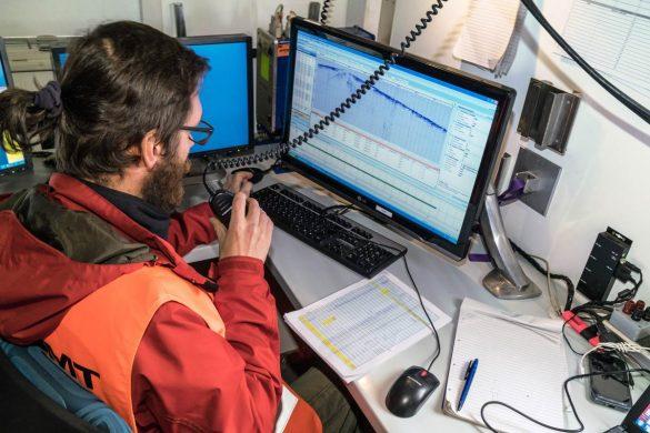 Im Innern des Messwagens: Über Funk wird dem Fahrer des Vibrationsfahrzeugs das OK zur nächsten Messung gegeben.