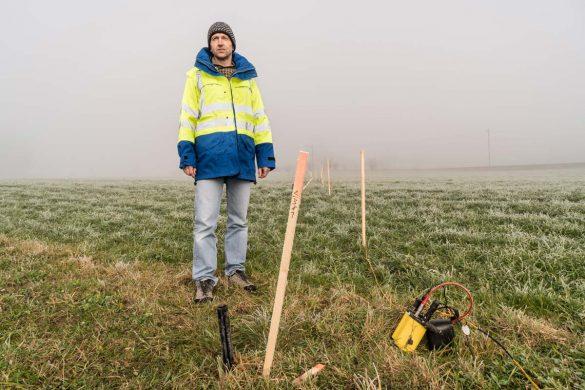 Der Projektleiter der 2D-Seismik, Thomas Spillmann, steht neben einer Geofonlinie. Alle 5 Meter muss ein Geofon in den Boden gesteckt werden, um Messdaten mit der gewünschten Auflösung zu erhalten.