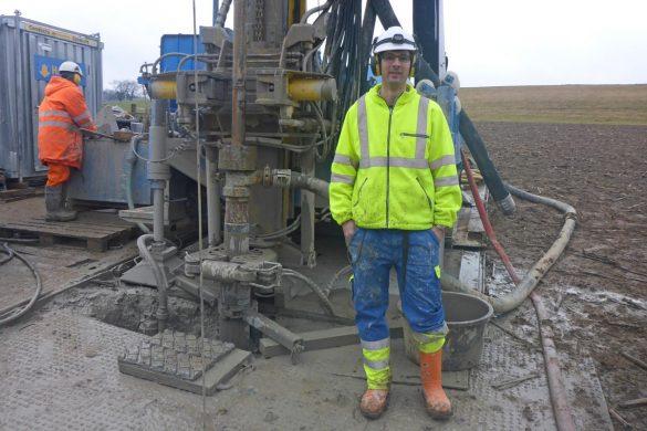 Michael Gysi bei der Arbeit im Feld (Im Bild: Bohrung in Windlach)