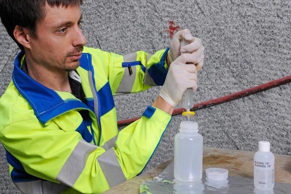 Niels Giroud bei der mikrobiellen und hydrochemischen Probenahme bei einem Experiment , das die Korrosion technischer Barrieren für ein künftiges Tiefenlager untersucht (MaCoTe)