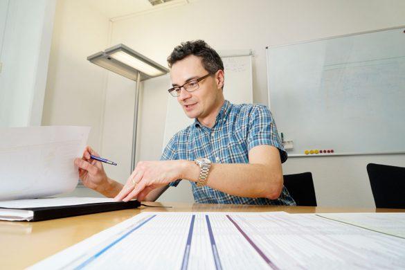 Hannes Hänggi am Schreibtisch